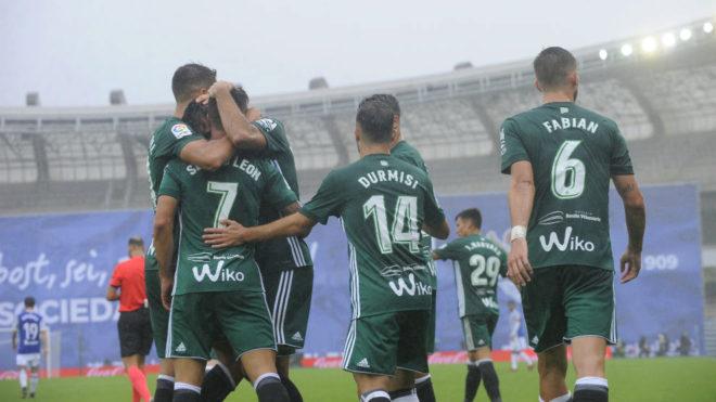 Los jugadores del Betis se abrazan marcar Sergio León en Anoeta.