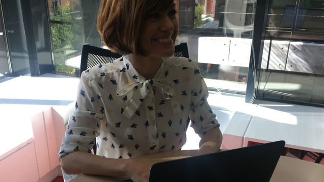 Alexandra Jiménez en la redacción de Tiramillas de MARCA