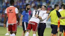 Vinicius Araujo y Anquela se abrazan tras el partido del Huesca en...