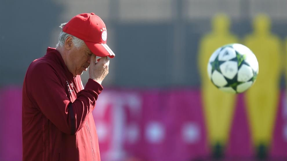 Ancelotti, durante un entrenamiento previo a un partido de Champions...