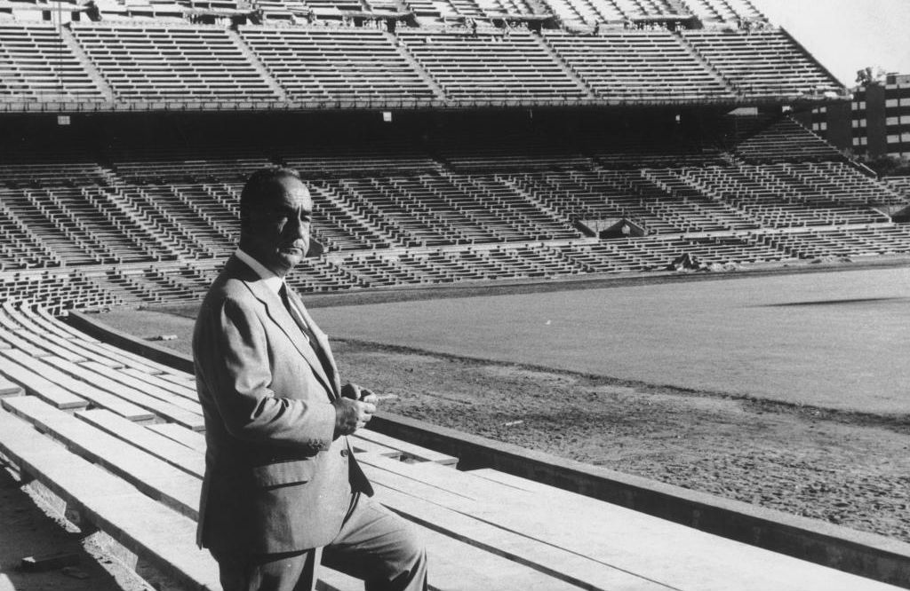Calderón, de pie ante su estadio.