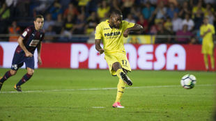 Bakambu tira el penalti que supuso su tercer gol al Eibar