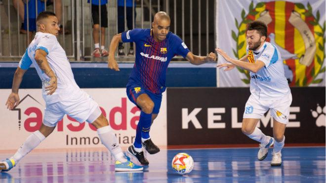 Leo Santana se lleva el balón entre dos rivales en el partido ante el...