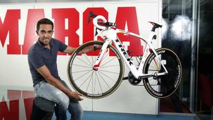 Alberto Contador posa en la redacci�n de MARCA