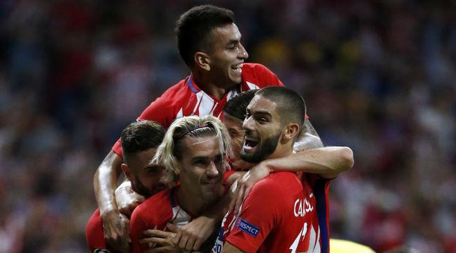 Los jugadores del Atlético celebran el gol de Griezmann ante el...