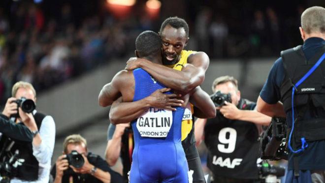 Usain Bolt y Justin Gatlin se abrazan tras la final de los 100 metros...