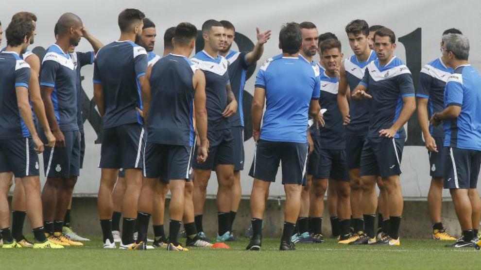 Los jugadores del Espanyol reciben indicaciones antes de iniciar una...