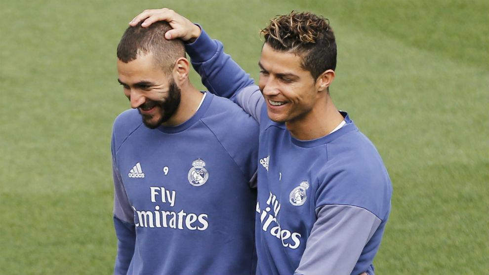 Cristiano y Benzema bromean durante un entrenamiento del Real Madrid.