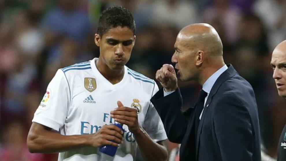 Zidane da órdenes a Varane en un partido.