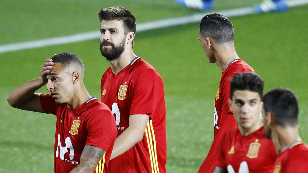 Piqué (30) se retira del entrenamiento junto a Rodrigo (26) y Bartra...