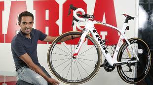 Alberto Contador vino a la redacci�n de MARCA con una de sus...
