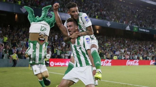 Fabián, con Sanabria a cuestas, celebra su gol al Levante.