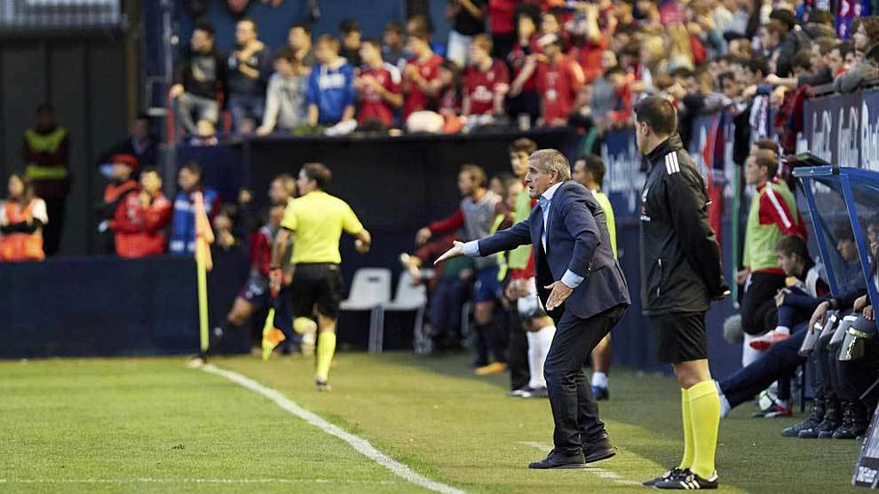 Paco Herrera (63) da instrucciones desde la banda a los jugadores del...