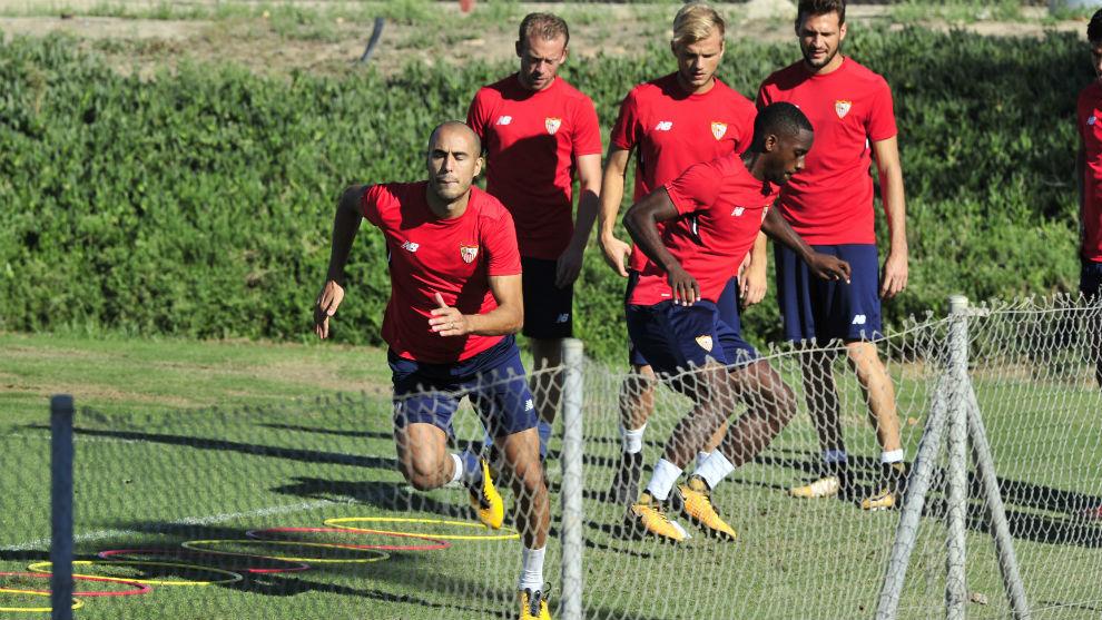 Los jugadores del Sevilla hacen un ejercicio en la sesión de este...