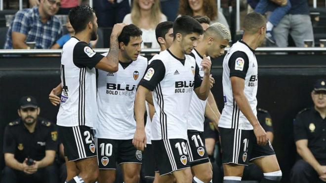 Los jugadores del Valencia celebran un gol ante el Athletic.