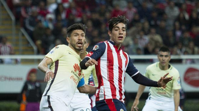 Peralta y Pizarro durante el Clásico del torneo pasado.