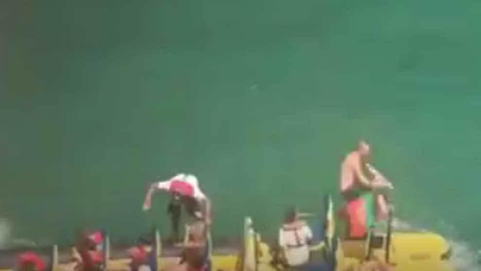 Un bañista saltando desde 15 metros sobre la cubierta de una barca
