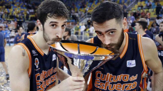 Guillem Vives y Joan Sastre celebran la consecución de la Supercopa...