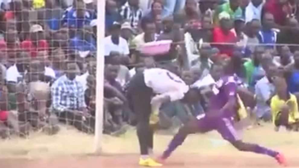 Grave error de un portero de la Liga de Tanzania