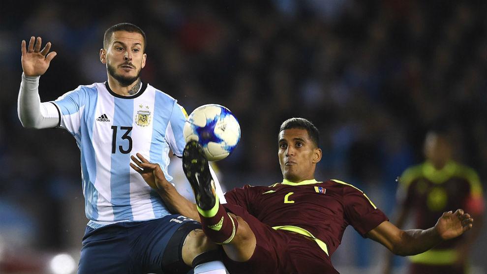 Benedetto pelea con Víctor García en el choque ante Venezuela.