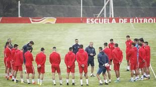 Paco Herrera conversa con sus jugadores durante el entrenamiento
