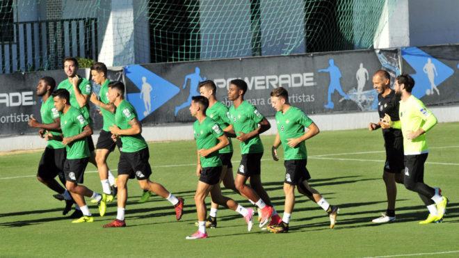 Los jugadores del Betis corren en la sesión del lunes.