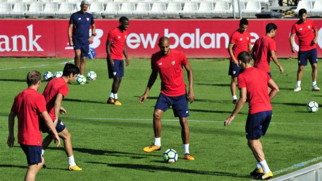 Los jugadores del Sevilla se entrenan este miércoles.