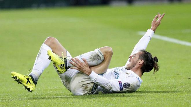 Bale, tendido en el césped durante el encuentro ante el Borussia.