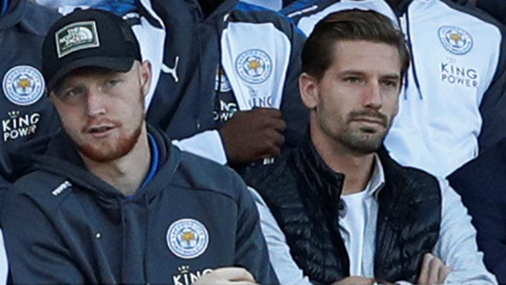 Adrien Silva, a la derecha, viendo el Leicester-Liverpool.
