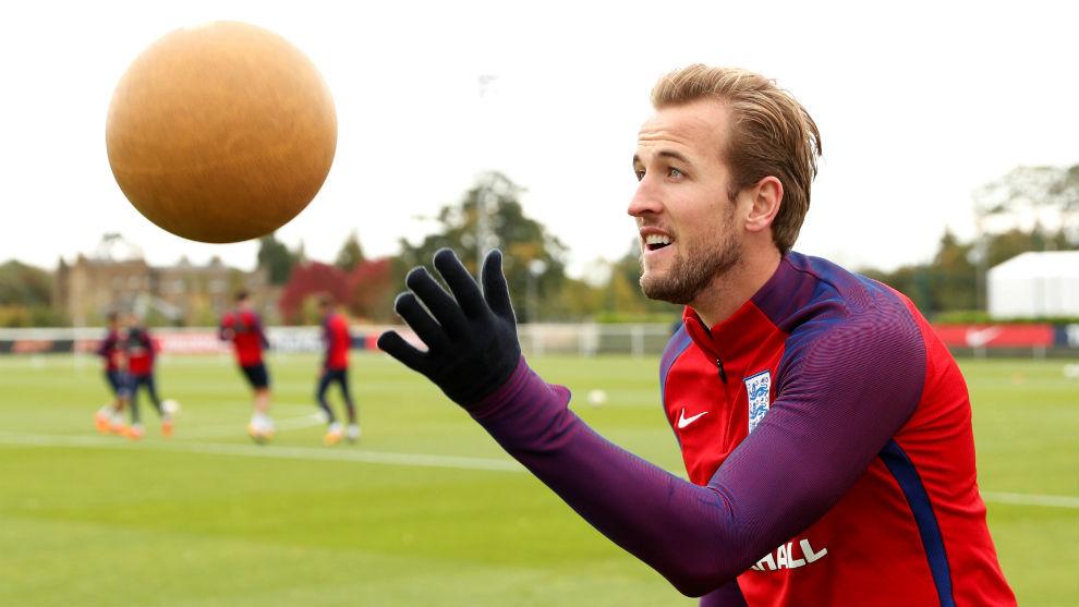 Kane juega con el balón en un entrenamiento de Inglaterra.