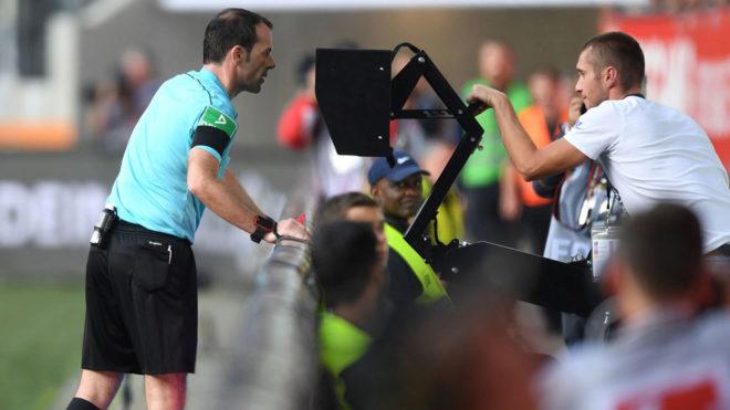 El árbitro utiliza el VAR durante un partido.