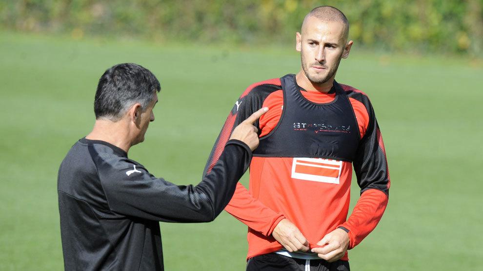 Gálvez recibe instrucciones de Mendilibar en el entrenamiento del...