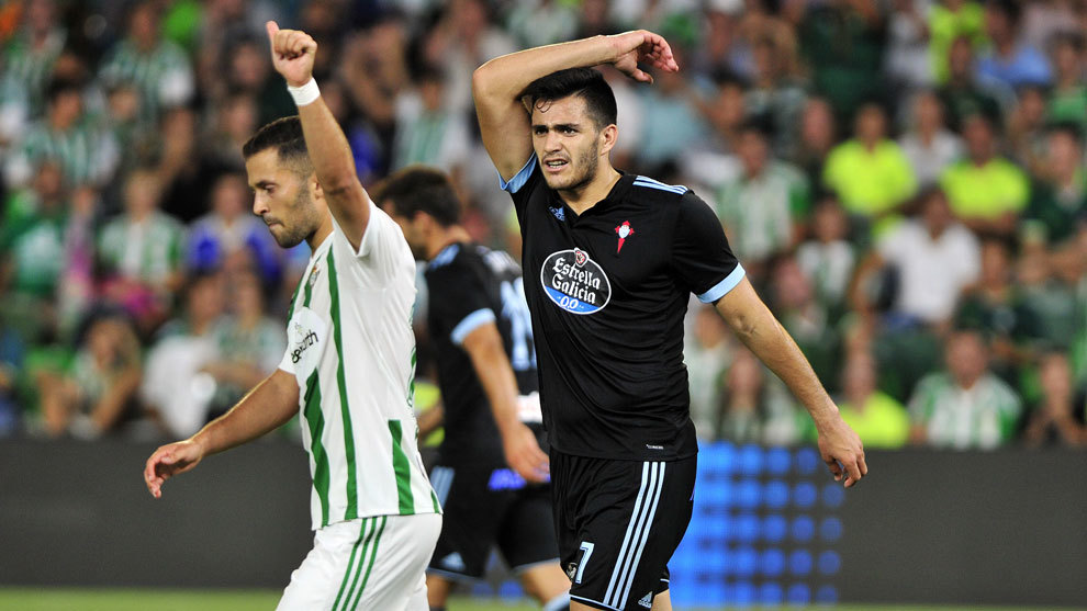 Maxi Gómez en un partido con la camiseta del Celta.