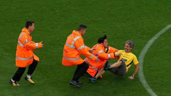 Imagen del espontáneo que saltó al campo durante el Barça-Las...