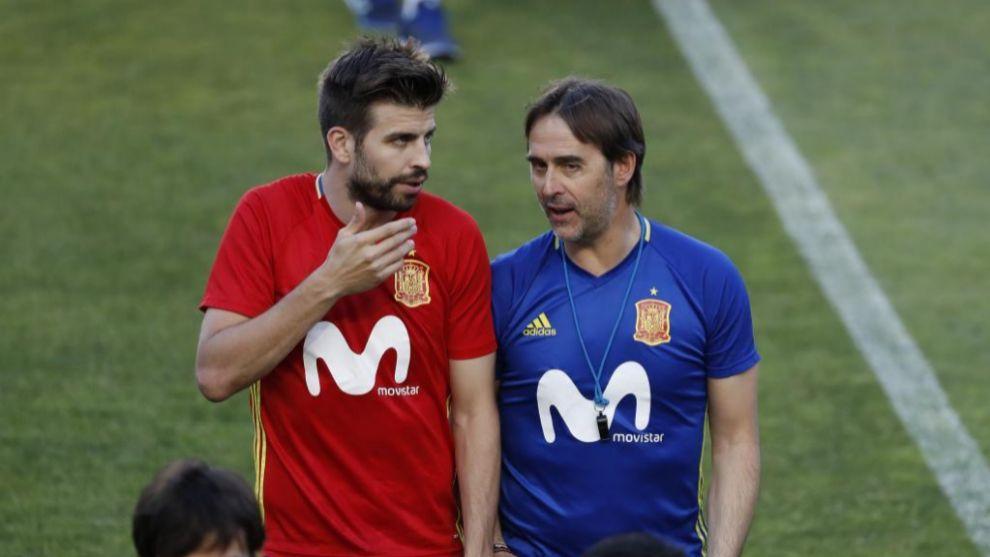 Julen Lopetegui junto a Gerard Piqué durante un entrenamiento con la...