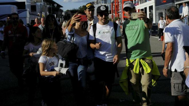 Alonso, entre fans en Monza.