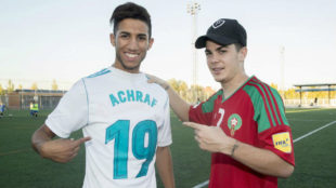 Nabil junto a �lvaro posando con las camisetas de Achraf