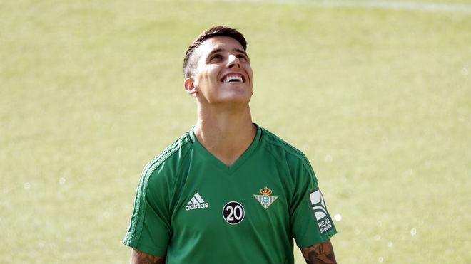 Cristian Tello sonríe durante un entrenamiento.