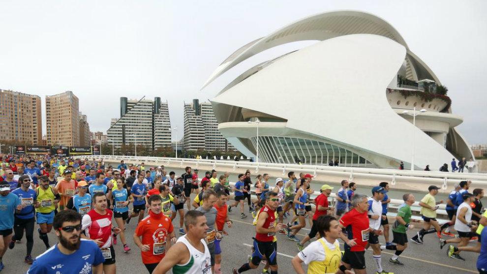 Los corredores del Maratón de Valencia a su paso por el puente de...