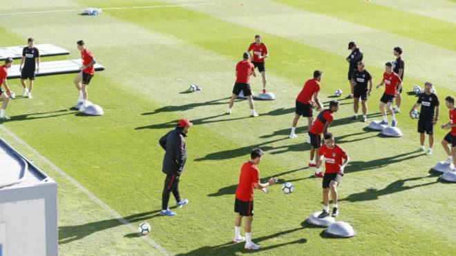 Los jugadores del Atlético se ejercitan en el Cerro del Espino.