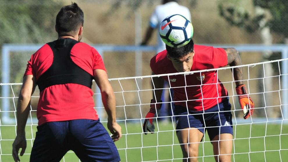 Joaquín Correa remata de cabeza en el entrenamiento de este jueves...