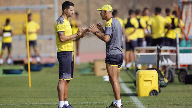 Vitolo habla con Ayestarán en el entrenamientos de Las Palmas