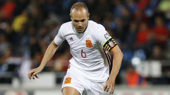 Iniesta, durante un partido con la Selección.