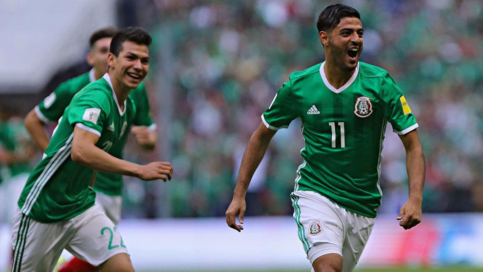 Hirving Lozano (izquierda) y Carlos Vela (derecha) en festejo de gol