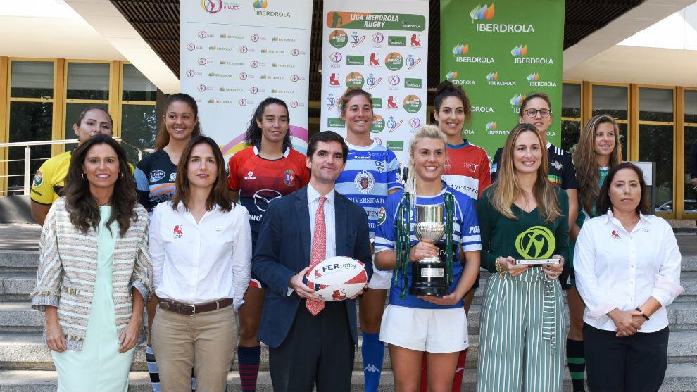 Las representantes de los ocho equipos participantes posando con la...
