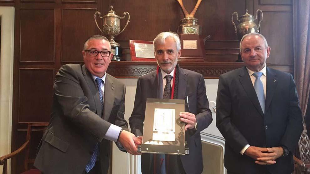 Jesús Martínez, propietario de Grupo Pachuca recibió una placa...