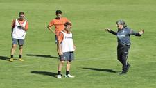 Enrique Mart�n da instrucciones a los jugadores en su primera sesi�n