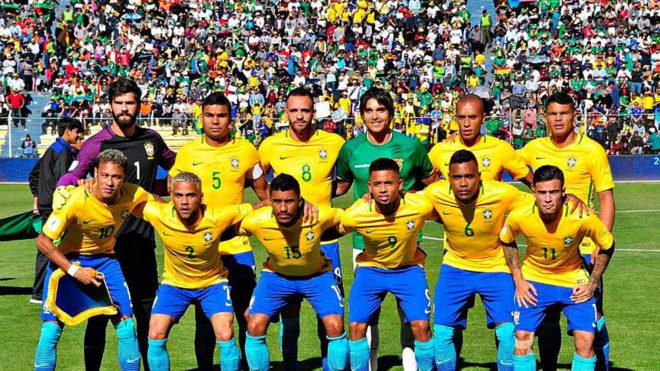 El once de Brasil con el jugador boliviano que se fotografió con...
