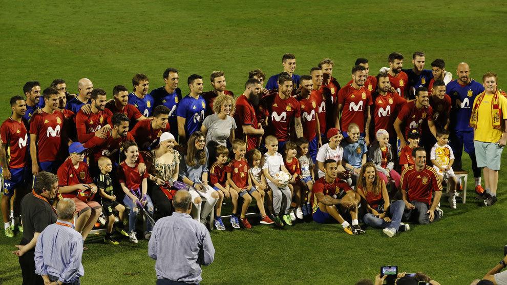 Los jugadores de la selección posaron con los niños de la unidad...