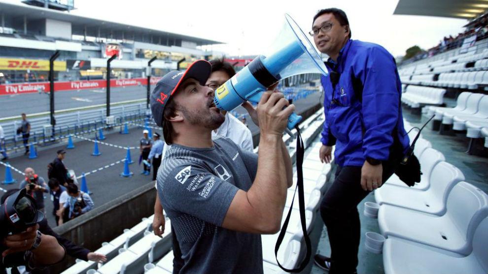Alonso anima a sus aficionados en Suzuka.